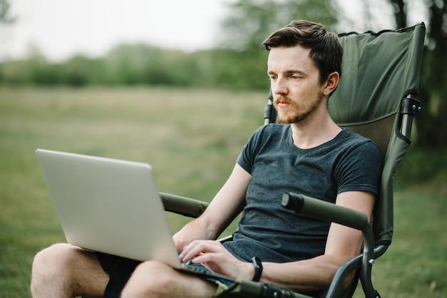 Masculino relaxando e trabalhando nas férias
