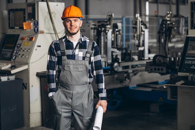 Masculino trabalhador em uma fábrica