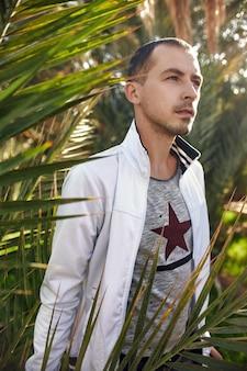 Masculino viajante floresta tropical oásis retrato palmeiras