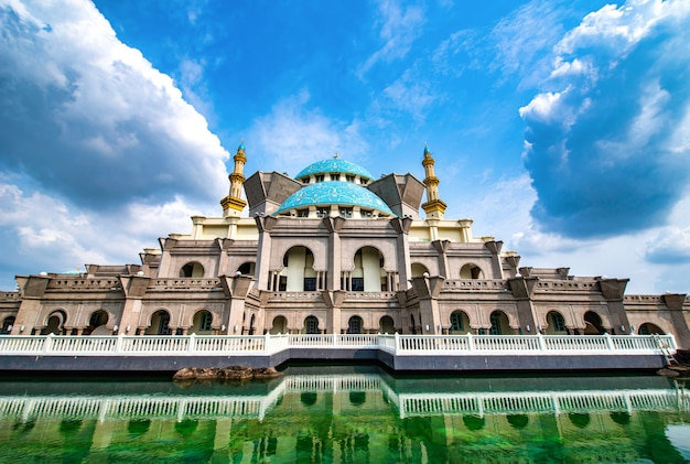 Masjid wilayah persekutuan no fundo do céu azul no dia em kuala lumpur, malásia.