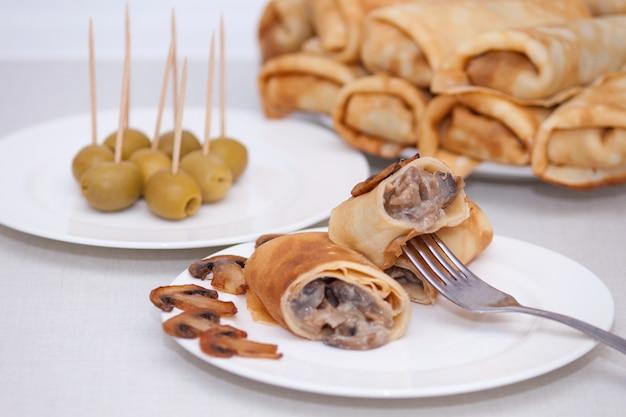 Maslenitsa rolinhos de panqueca ou crepes recheados franceses com cogumelos