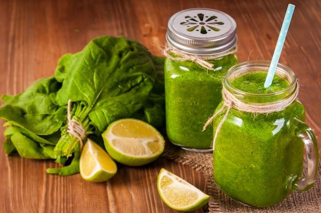 Mason jar canecas cheias de espinafre verde e smoothie de couve saúde
