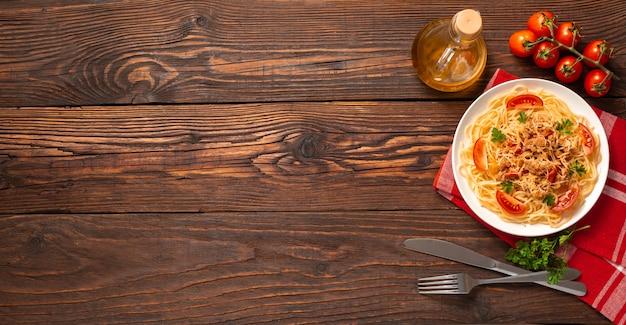 Massa à bolonhesa com molho de tomate e carne picada, queijo parmesão ralado e salsa fresca