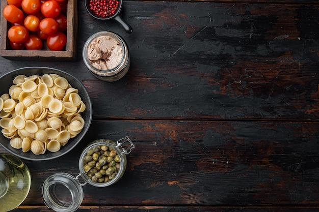Massa almentica com ingredientes de frutos do mar na velha mesa de madeira, vista de cima