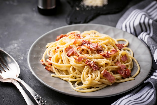 Massa carbonara com bacon e parmesão