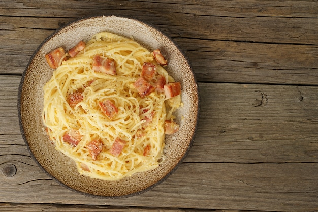 Massa carbonara. espaguete com bacon, ovo, queijo parmesão. cozinha italiana tradicional