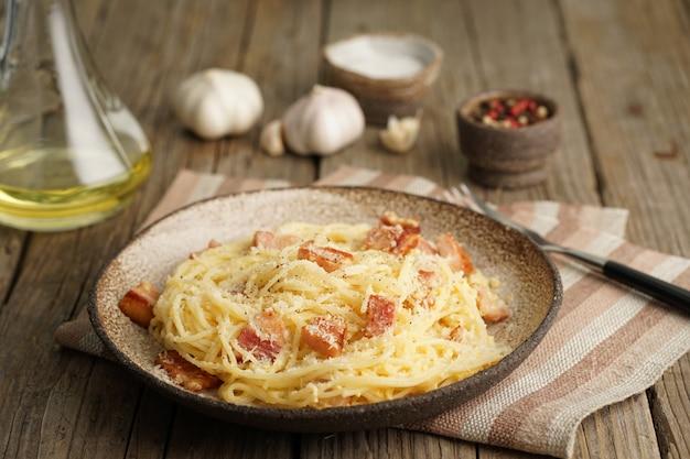 Massa carbonara. espaguete com bacon, ovo, queijo parmesão. vista lateral. cozinha italiana tradicional