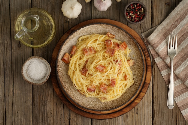 Massa carbonara. espaguete com bacon, ovo, queijo parmesão.