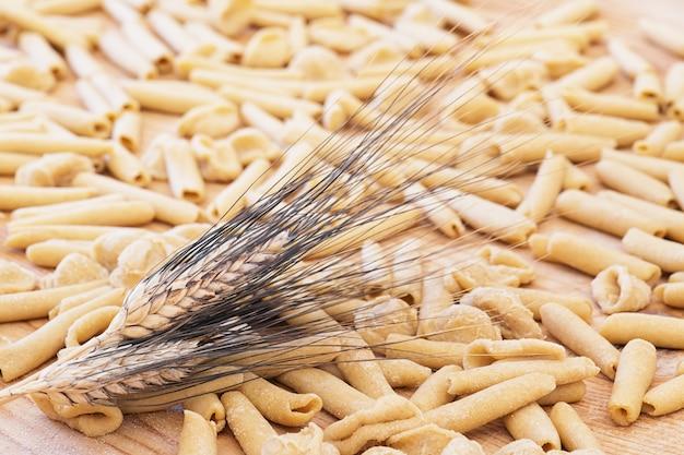Massa caseira apúlia crua de massa italiana chamada orecchiette e maccheroni, prato típico do sul da itália, puglia, salento