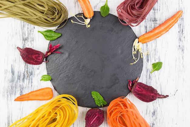 Massa colorida do vegetal do vegetariano cru.