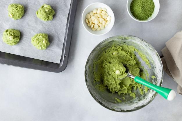 Massa com chá verde matcha e assadeira com biscoitos crus