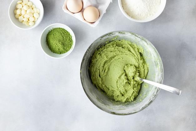 Massa crua com chá verde matcha e ingredientes