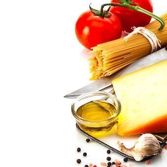 Massa crua e ingredientes culinários isolados no fundo branco