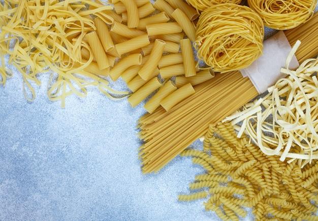 Massa crua fresca da farinha integral. espaguete, macarrão de ovo, tortiglioni, fusilli e ninhos