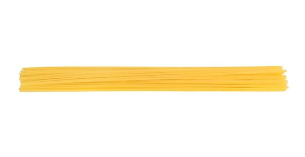 Massa crua ou espaguete isolado no branco Foto Premium