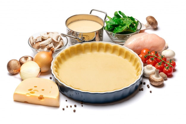 Massa de biscoito amanteigado para assar torta de quiche e ingredientes em forma de cozimento