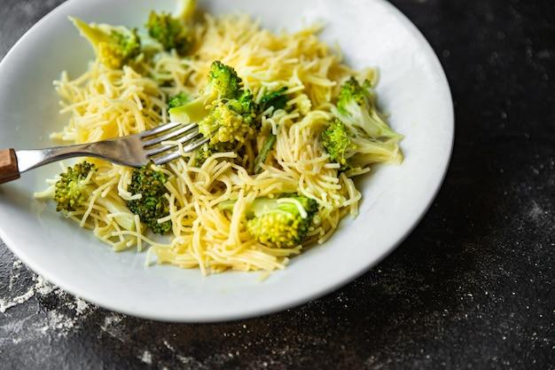 Massa de brócolis aletria fina segundo prato sem carne refeição fresca lanche na mesa cópia espaço comida