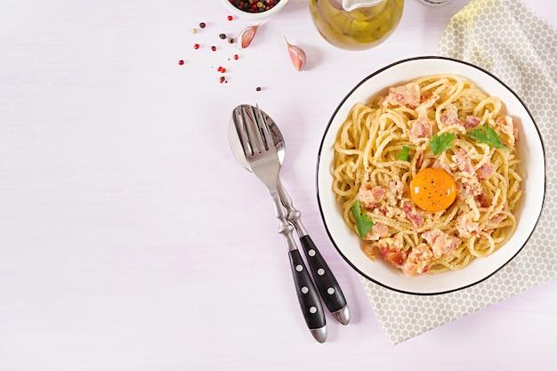 Massa de carbonara caseira clássica com pancetta, ovo, queijo parmesão e molho de creme.