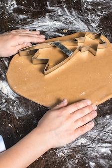 Massa de corte em diferentes formas. pão de natal.