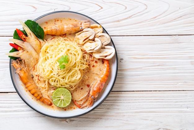 Massa de espaguete de camarão picante (tom yum goong)