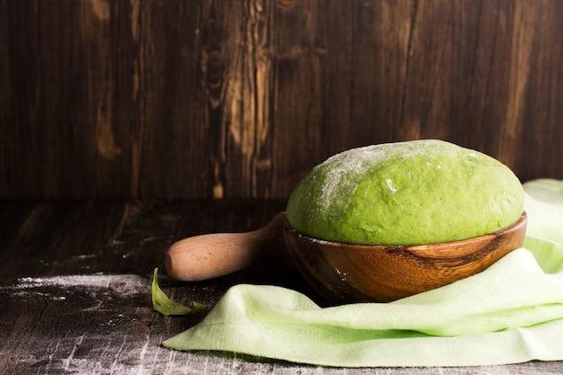 Massa de espinafre verde e ingredientes
