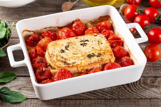 Massa de feta assada. queijo feta e tomate no óleo de alho. no forno, ele se transforma em um molho de macarrão incrível por si só. basta adicionar um pouco de massa cozida, misturar e saborear. macarrão tiktok