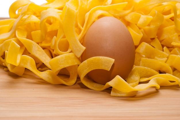 Massa de ovos caseiros em uma placa de corte