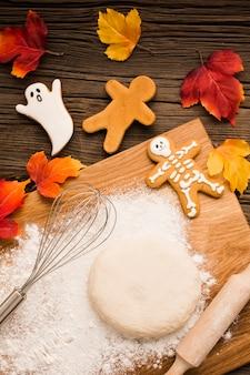 Massa de pão e biscoitos de halloween saborosa vista superior