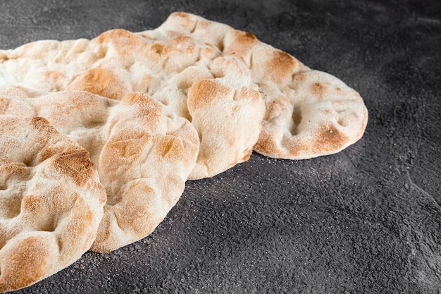 Massa de pão para pinsa romana e scrocchiarella de 4 tipos de farinha. cozinha gourmet italiana. prato tradicional na itália.