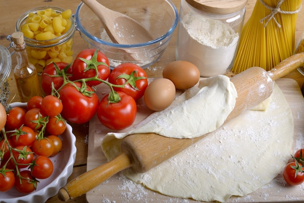 Massa de pizza e ingredientes