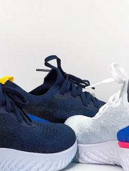 Massa de sapatos de desporto em fundo branco isolado