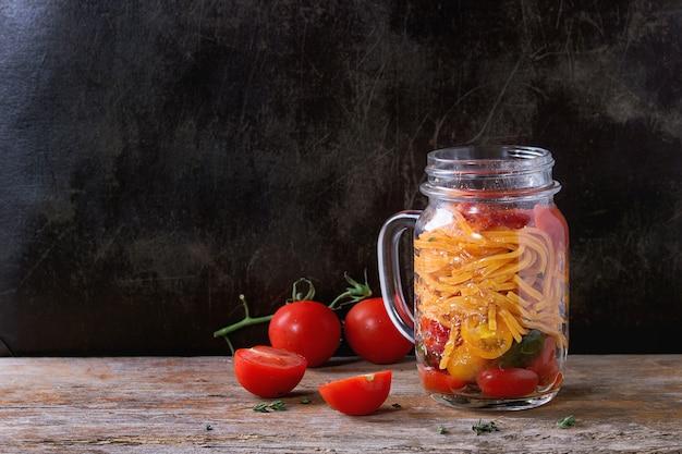 Massa de tomate em frasco de vidro