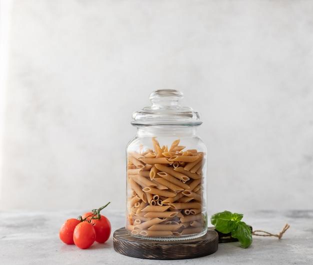 Massa de trigo integral em um recipiente de vidro