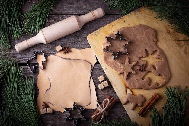 Massa dos biscoitos do pão-de-espécie do natal, cortadores, especiarias e pino do rolo. foco seletivo, vista superior