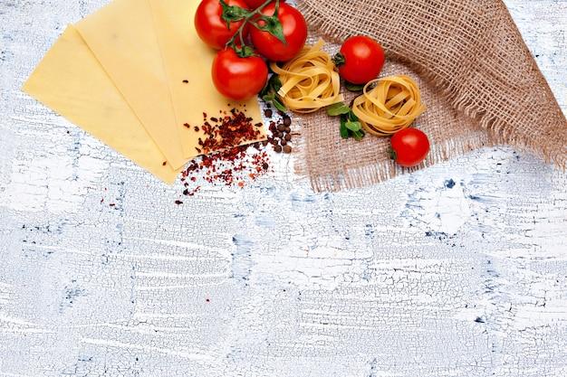 Massa e ingredientes com espaço da cópia. vista do topo.