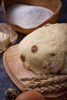 Massa e ingredientes para assar. ovo, farinha, açúcar e manteiga. foco seletivo