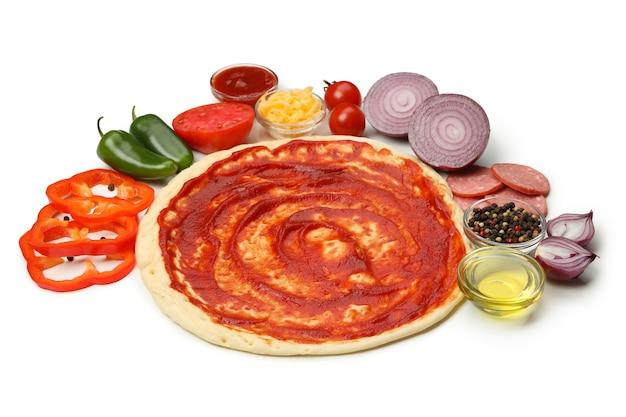 Massa e ingredientes para cozinhar pizza isolado no branco