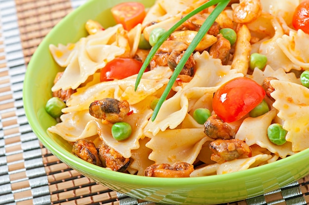 Massa farfalle com frutos do mar, tomate cereja e ervilhas verdes