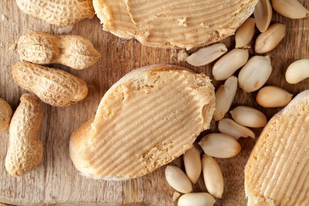 Massa feita de amendoim torrado real e outros ingredientes que não sejam amendoins são usados na pasta, manteiga de amendoim usada para fazer sanduíches de pão