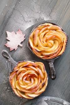 Massa folhada caseira com fatias de maçã em forma de rosa