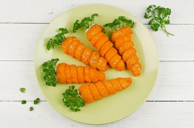 Massa folhada em forma de cenoura com recheio de cogumelos
