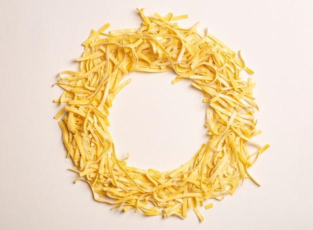 Massa fresca ao fundo massa fettuccine italiana caseira cozinhada na cozinha da casa