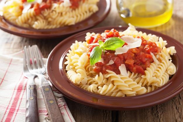 Massa fusilli clássica italiana com molho de tomate e manjericão