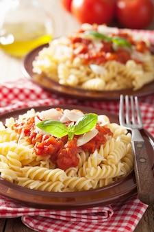 Massa fusilli italiana com molho de tomate e manjericão