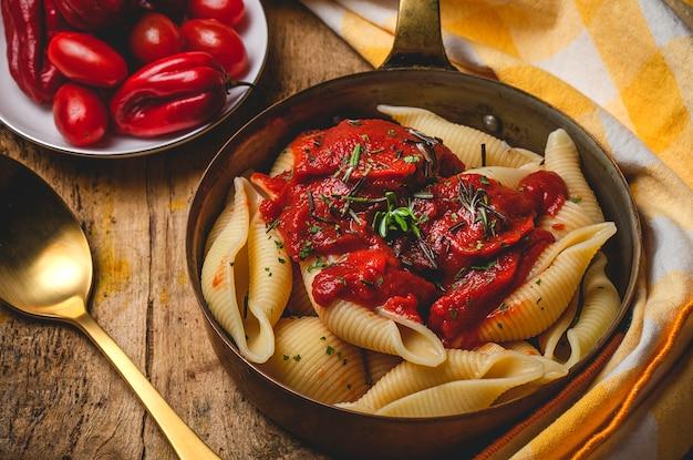 Massa italiana caseira com molho de tomate