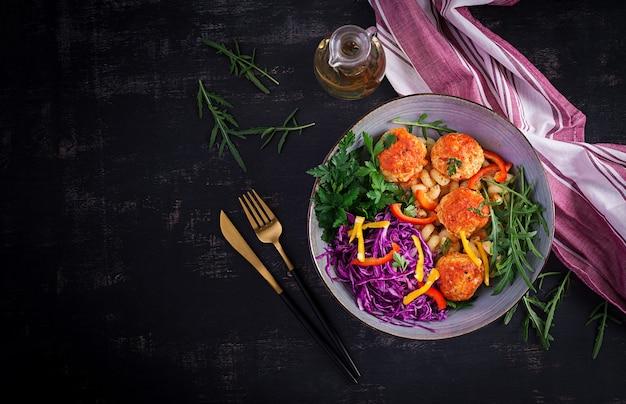 Massa italiana. cavatappi com almôndegas e salada. jantar. vista superior, acima. conceito de slow food
