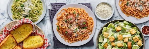Massa italiana com espaguete e almôndegas