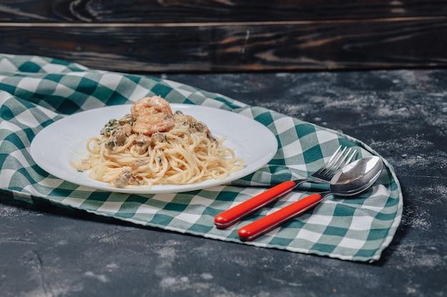 Massa italiana com frutos do mar e camarão rei, espaguete com molho