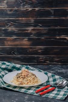 Massa italiana com frutos do mar e camarão rei