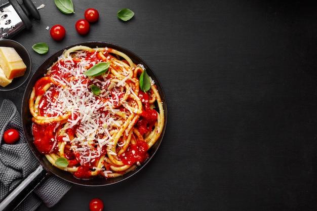 Massa italiana com molho de tomate e queijo